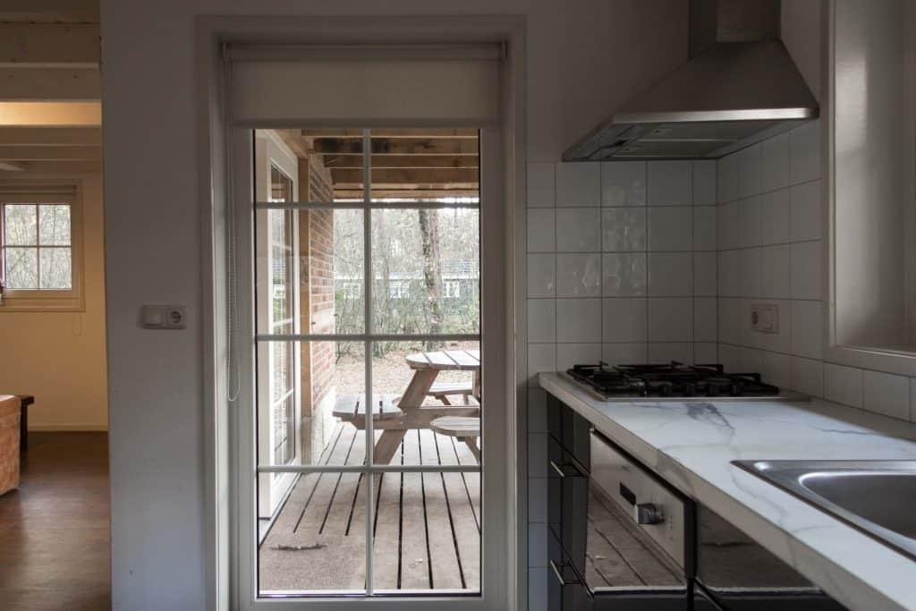 keuken met uitzicht op veranda