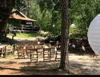 De lutte hutte als trouwlokatie in het bos