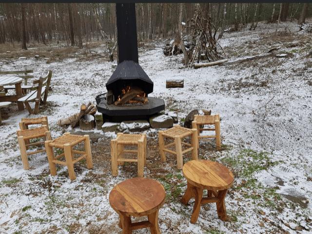 Marshmallows bakken  bij buitenhaard de lutte hutte midden in het bos